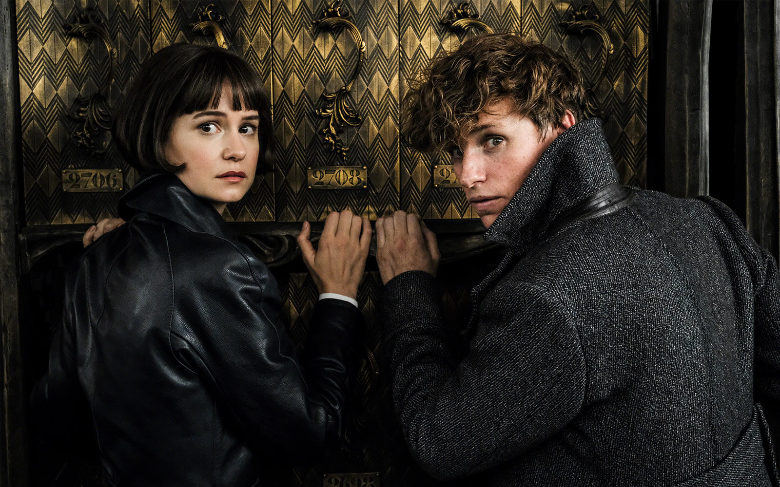 Katherine Waterston and Eddie Redmayne in FANTASTIC BEASTS: THE CRIMES OF GRINDELWALD (2018)