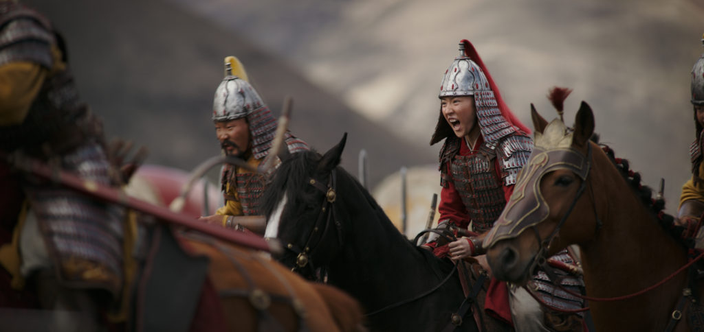 Mulan in battle in MULAN (2020)